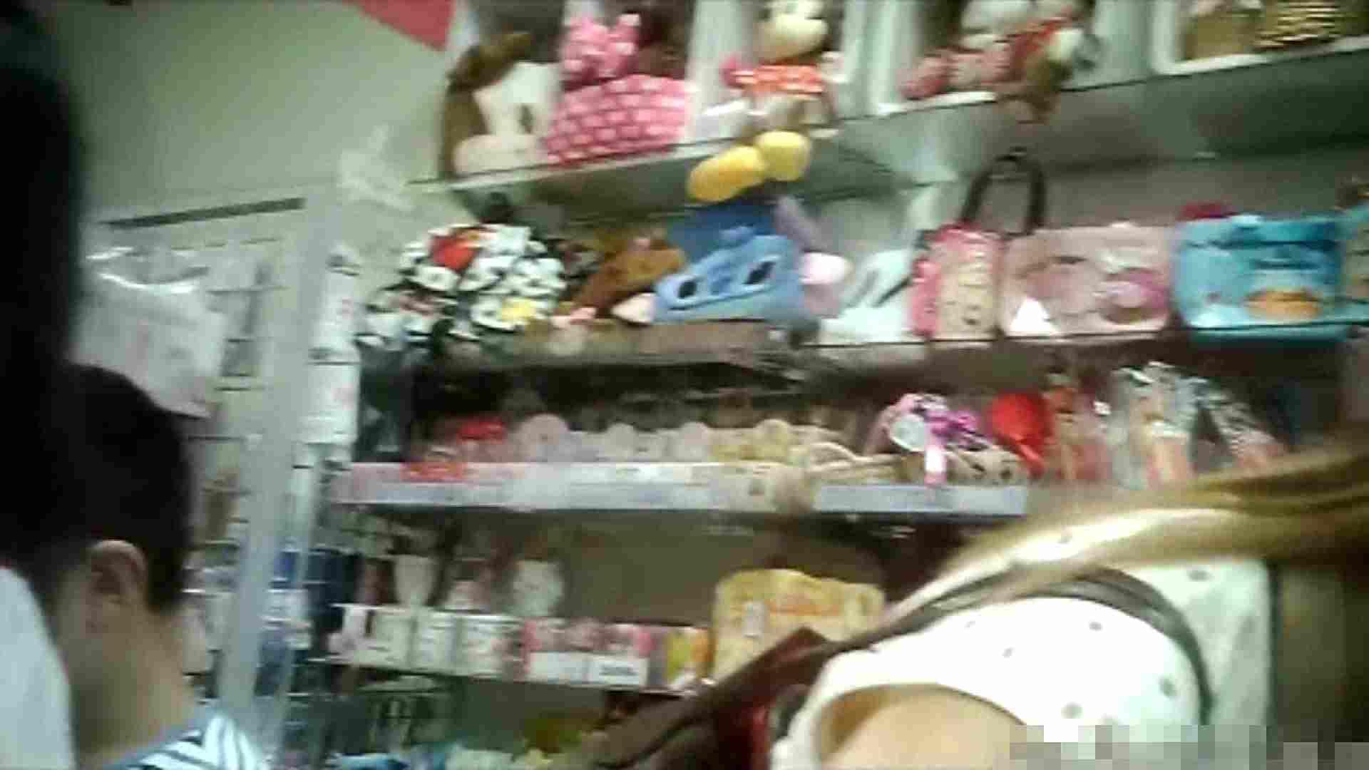 NO.5 意外に豊満な胸の雑貨屋で物色中のお女市さん 胸チラ  66PIX 48