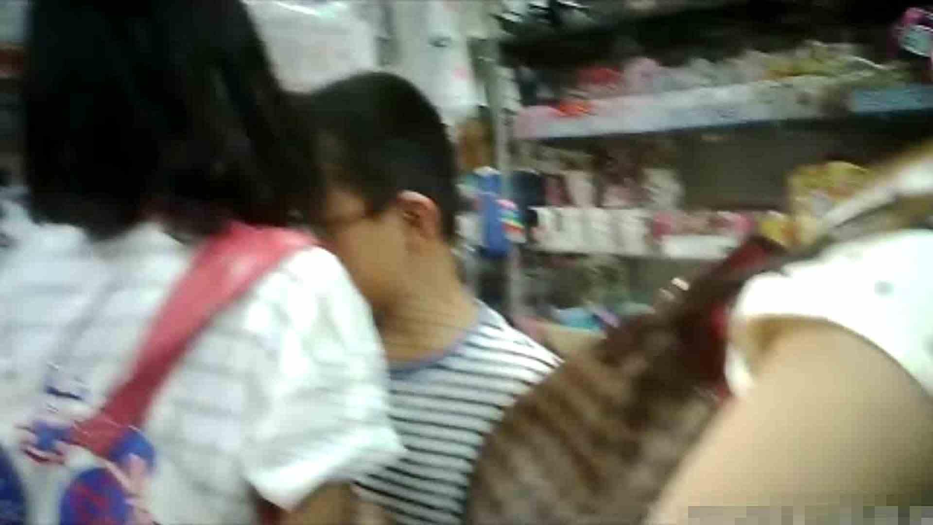 NO.5 意外に豊満な胸の雑貨屋で物色中のお女市さん 胸チラ  66PIX 50