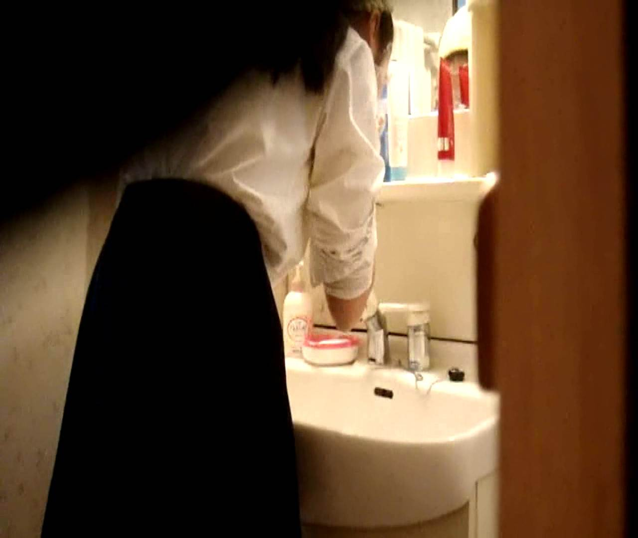 vol.5 まどかが帰宅後の洗顔後にブラを洗ってます。 OLのボディ  68PIX 30