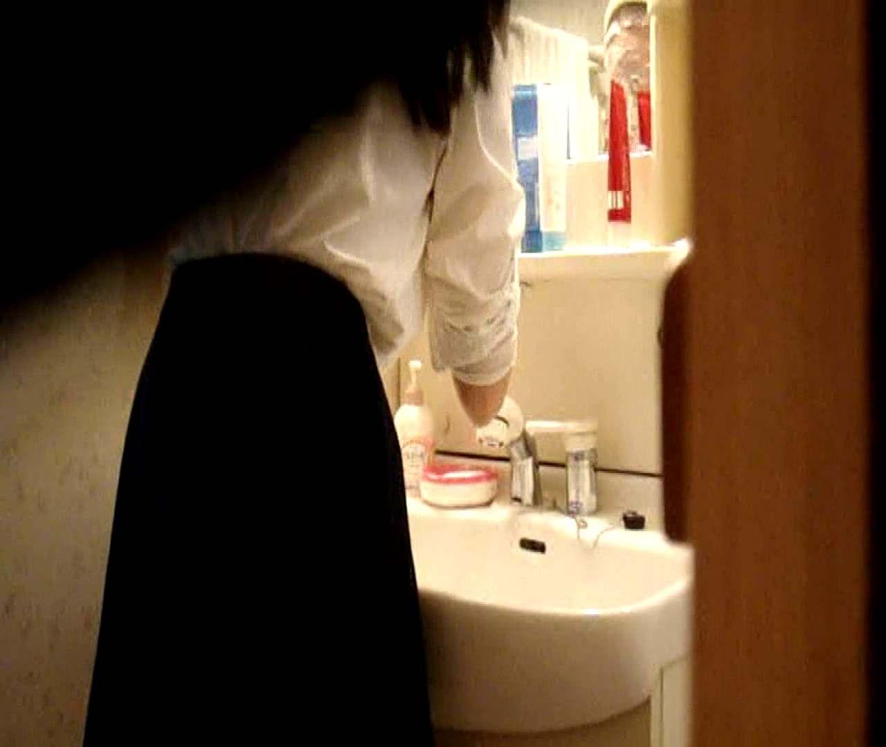 vol.5 まどかが帰宅後の洗顔後にブラを洗ってます。 OLのボディ  68PIX 32