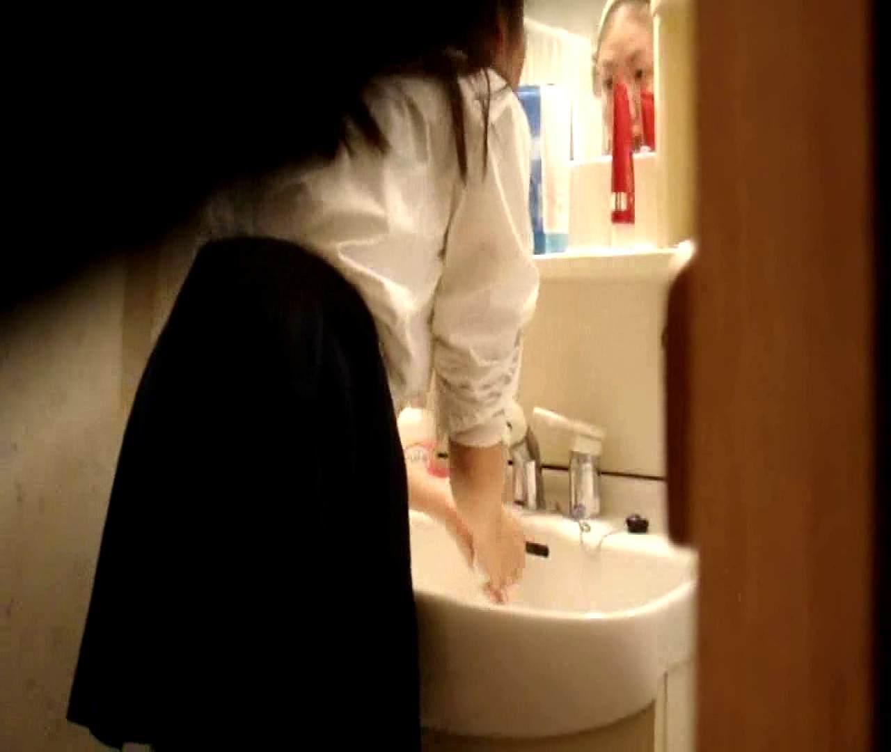 vol.5 まどかが帰宅後の洗顔後にブラを洗ってます。 OLのボディ  68PIX 36