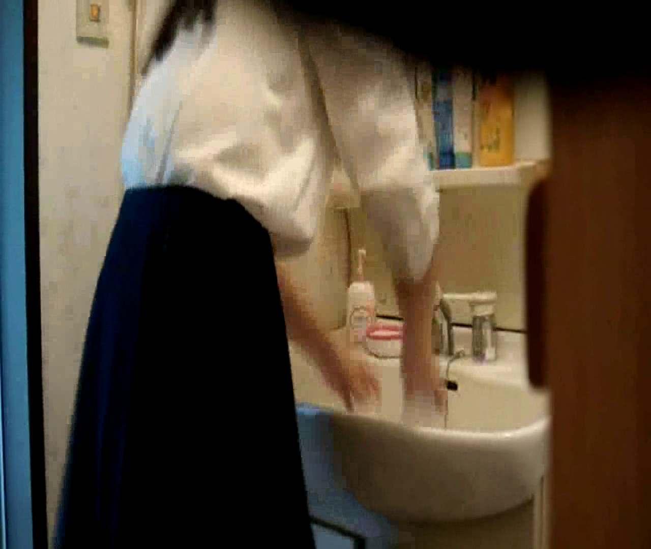 vol.5 まどかが帰宅後の洗顔後にブラを洗ってます。 OLのボディ  68PIX 54